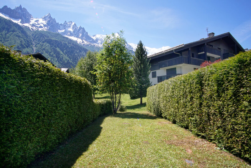Long, south-facing private garden with lovely views|Jardin privatif avec vues superbes
