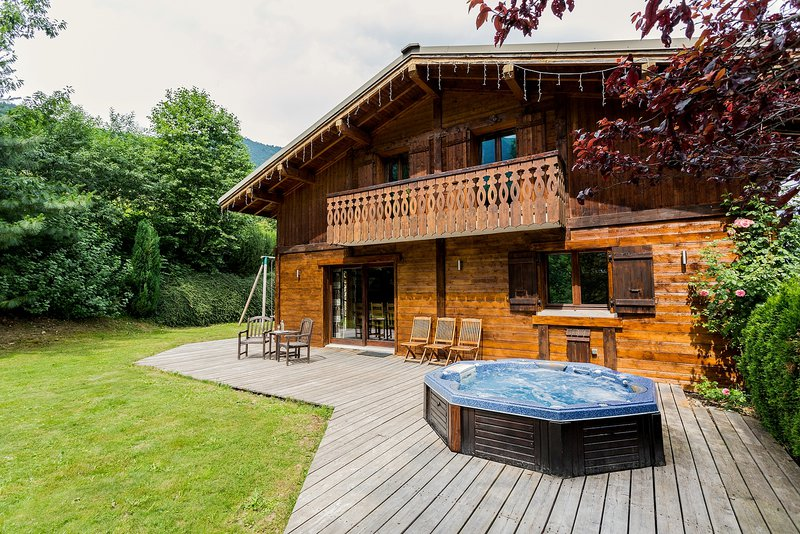 The exterior of the chalet and hot tub|L'extérieur du chalet et le jacuzzi