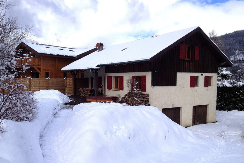 The exterior of the chalet in winter|L'extérieur du chalet en hiver